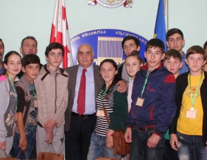 Vakhtang Kolbaia met with the project participant youth IDPs